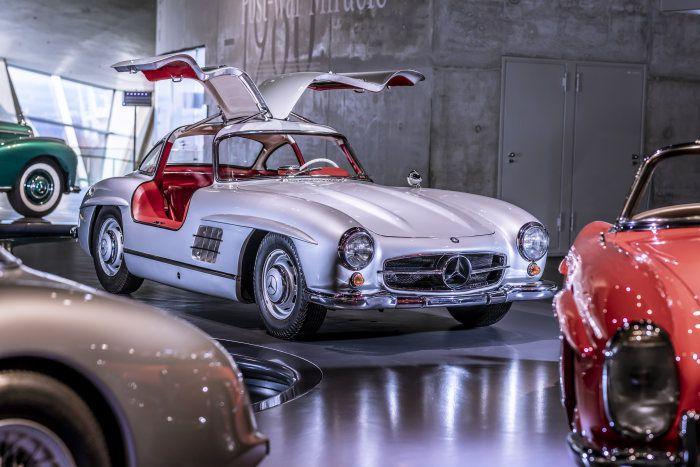 6. veljače 1954. predstavljen Mercedes-Benz 300 SL, jedan od najljepših automobila ikad