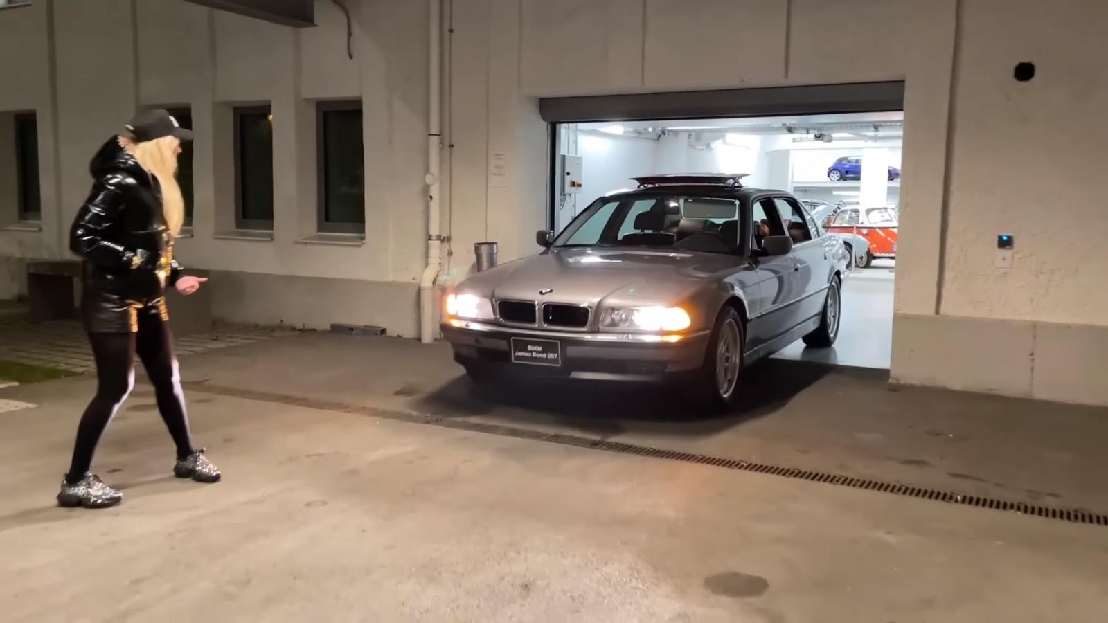 BMW 750iL iz kultnog James Bond filma na prezentaciji svojih špijunskih mogućnosti
