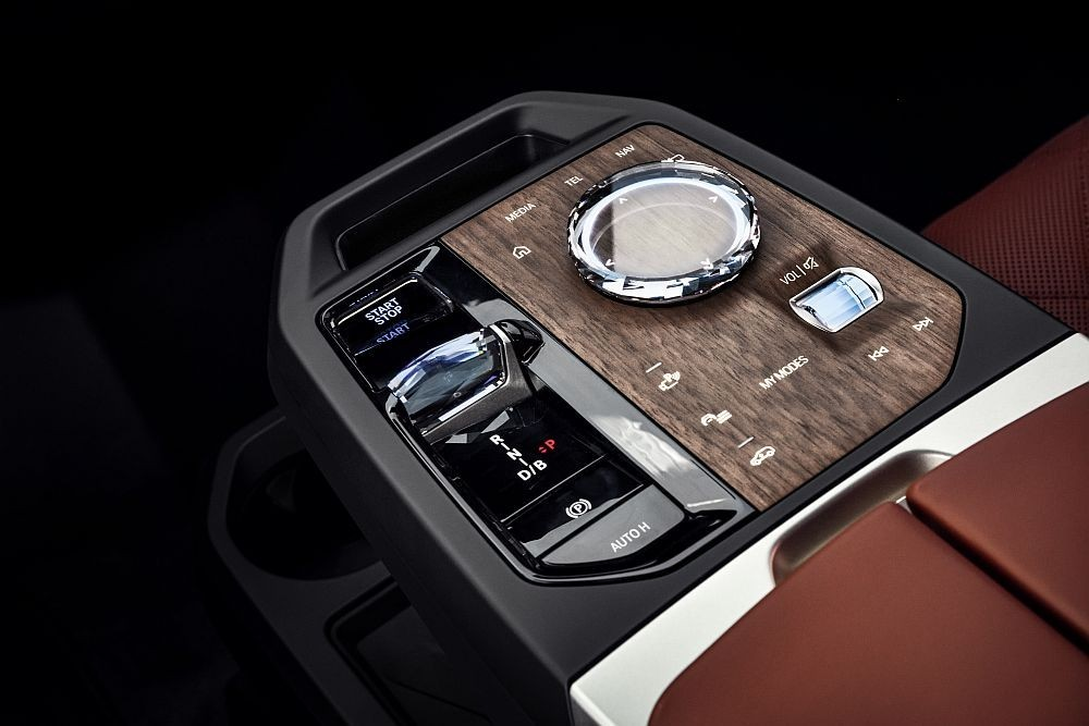 BMW iX upravo predstavljen, ogromni električar broji 500 KS i 600 km dosega!