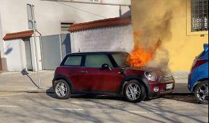 Nevjerojatna scena iz Slovenije, MINI Cooper u plamenu sam od sebe krenuo!