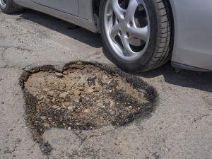 Kako stati na kraj rupama na kolniku, samo u Zagrebu potrošeno preko 1500 tona asfalta na njihovo saniranje