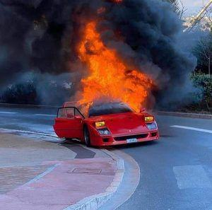 Kakva šteta, Ferrari F40 izgorio u Monacu...