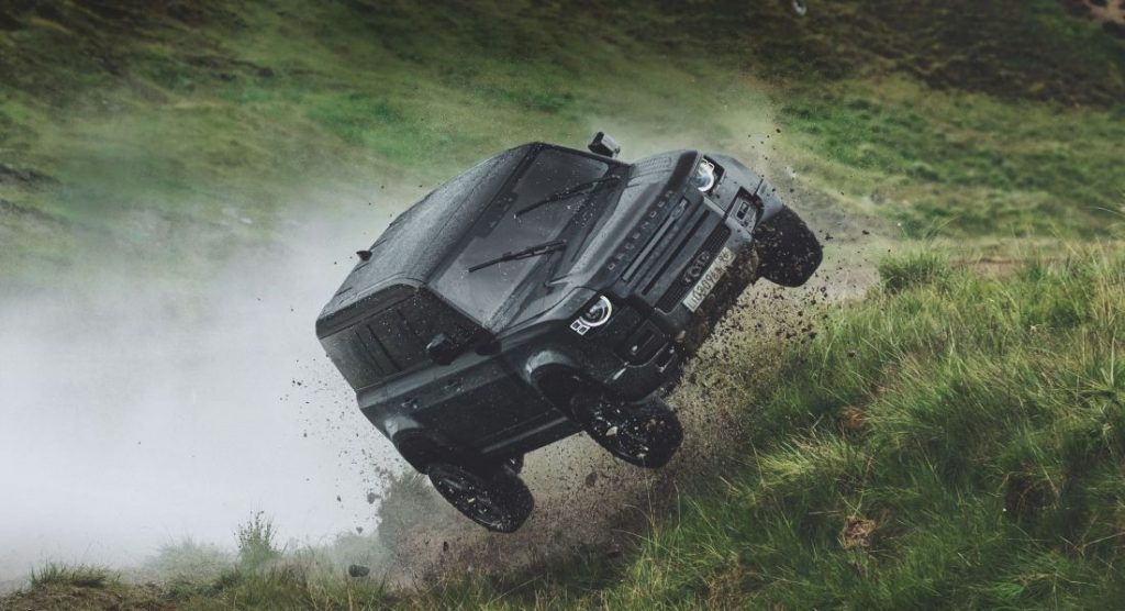 Novi Land Rover Defender poletio 30 metara u zrak, za sve je kriv James Bond