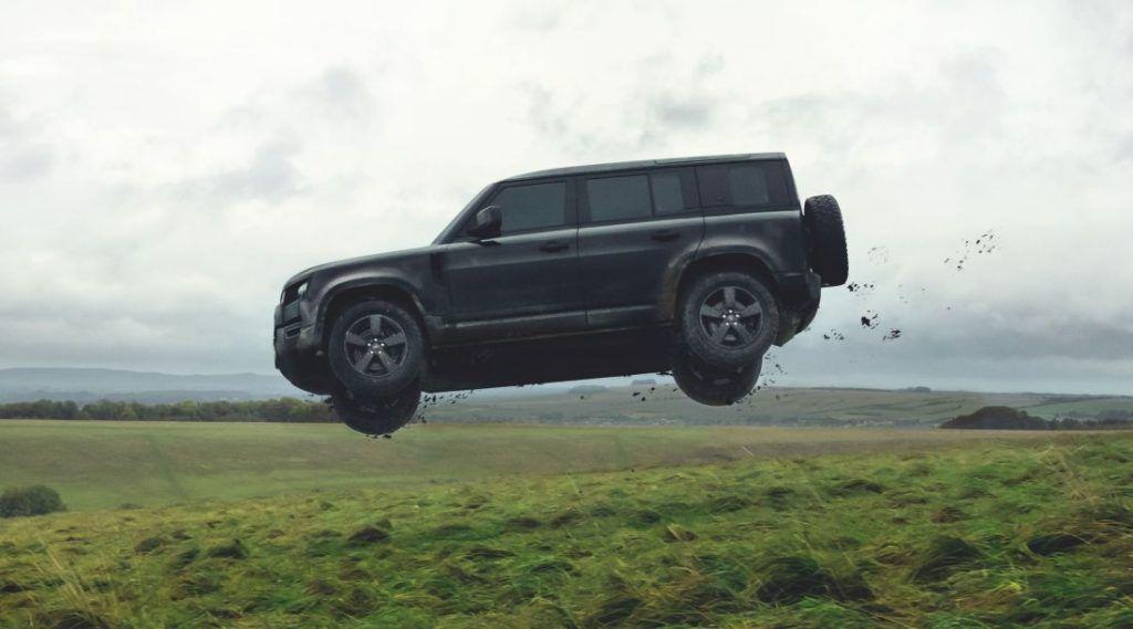Novi Land Rover Defender poletio 30 metara u zrak, za sve je kriv James Bond 1