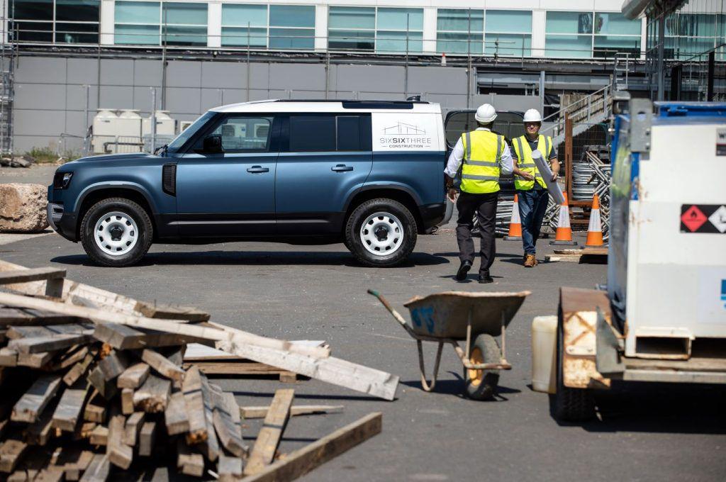Land Rover Defender uskoro stiže u teretnoj inačici, šminker je upravo postao praktičniji i robusniji 2