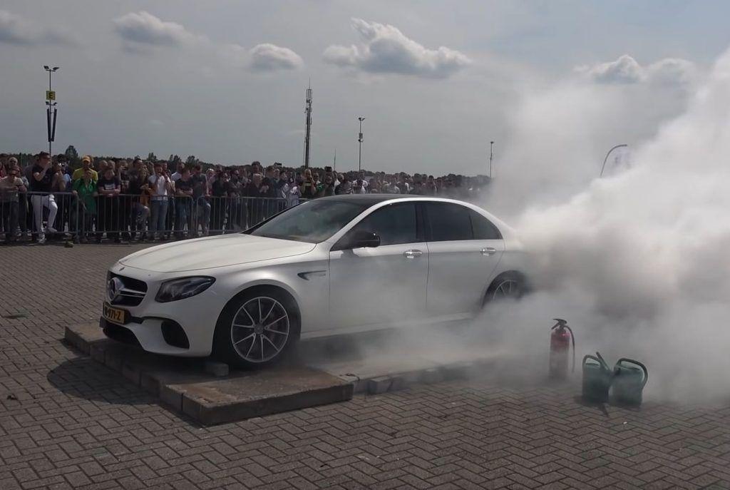 Primitivno ili cool, Mercedes-AMG E63 S u manje od minute ostao bez guma
