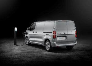 Peugeot e-Expert nudi doseg od 330 kilometara, prostranu kabinu te brojne sigurnosne sustave, a u salone stiže u ljeto 1