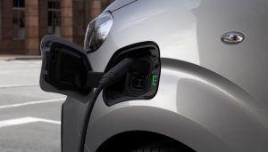 Peugeot e-Expert nudi doseg od 330 kilometara, prostranu kabinu te brojne sigurnosne sustave, a u salone stiže u ljeto 2